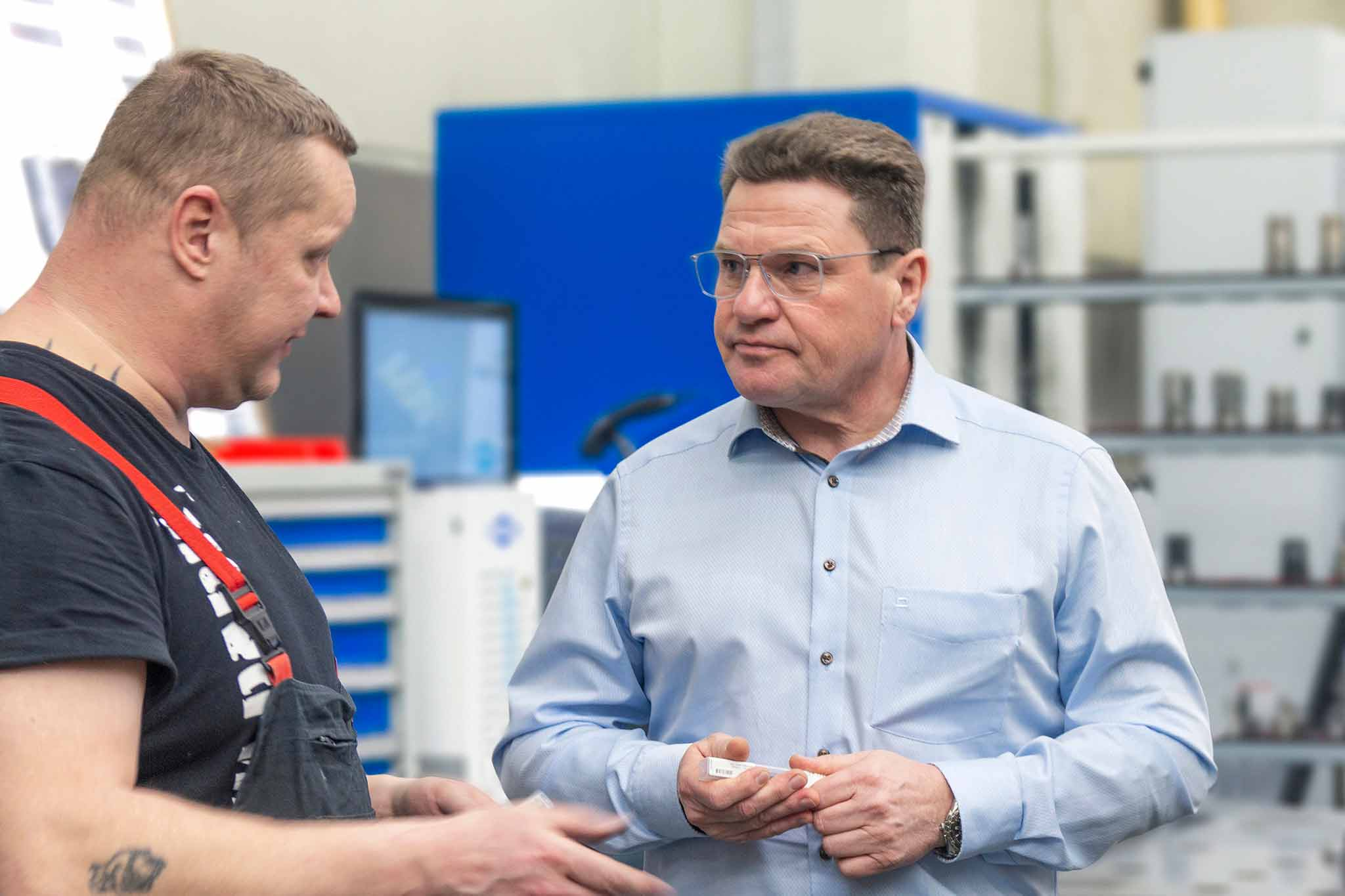 David Frommhold from Walter Formenbau speaking to MAPAL consultant Alfred Baur in the manufacturing area. The UNIBASE-M is shown in the background.
