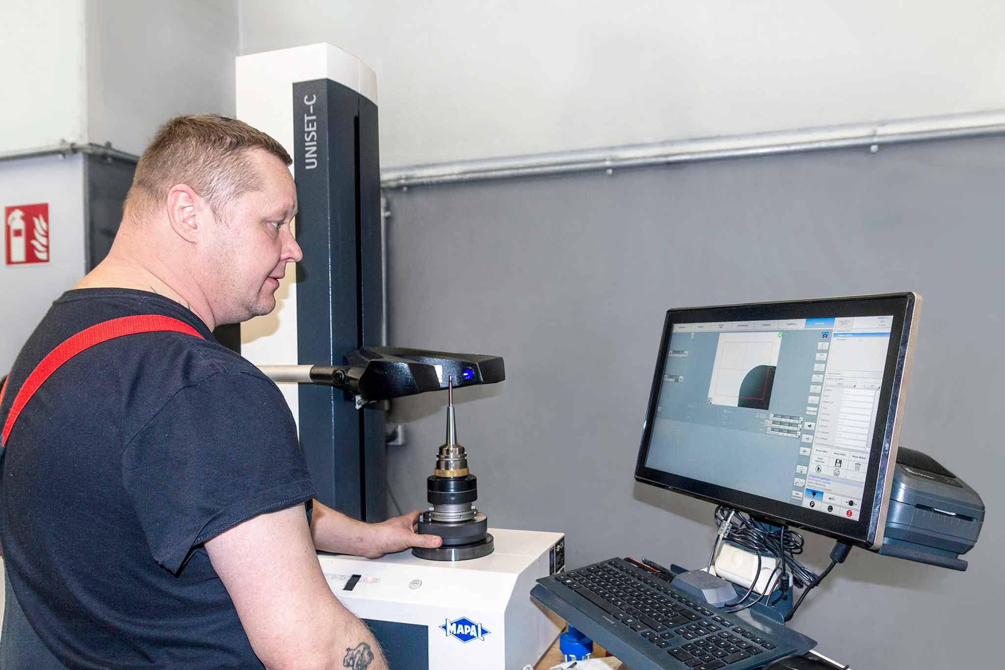 On the UNISET-C tool setting device, David Frommhold prepares the tool system for production use. He receives the measuring program directly from the CAM system. The measuring protocol is transferred to the machine via c-Com and the c-Connect box.