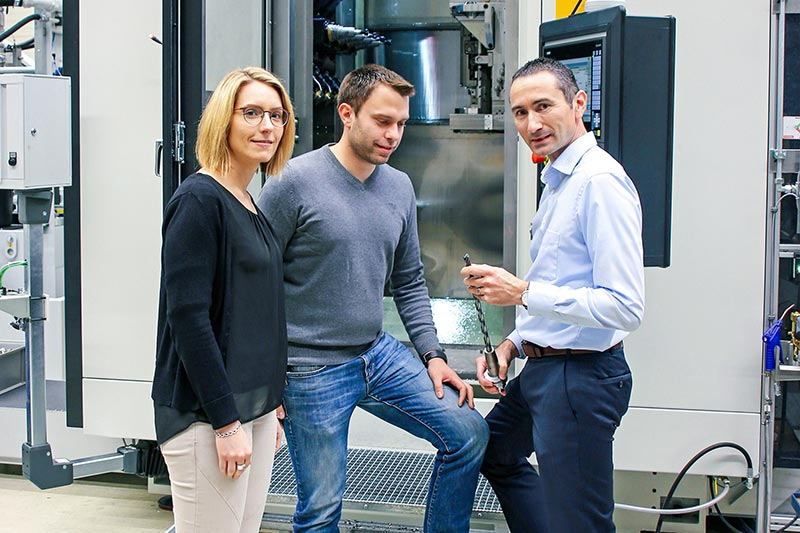 Carina Becker (left) and Jörg Rodehutskors (centre) in conversation with Alexander Wiesner in front of an FM3+X hd manufacturing module.