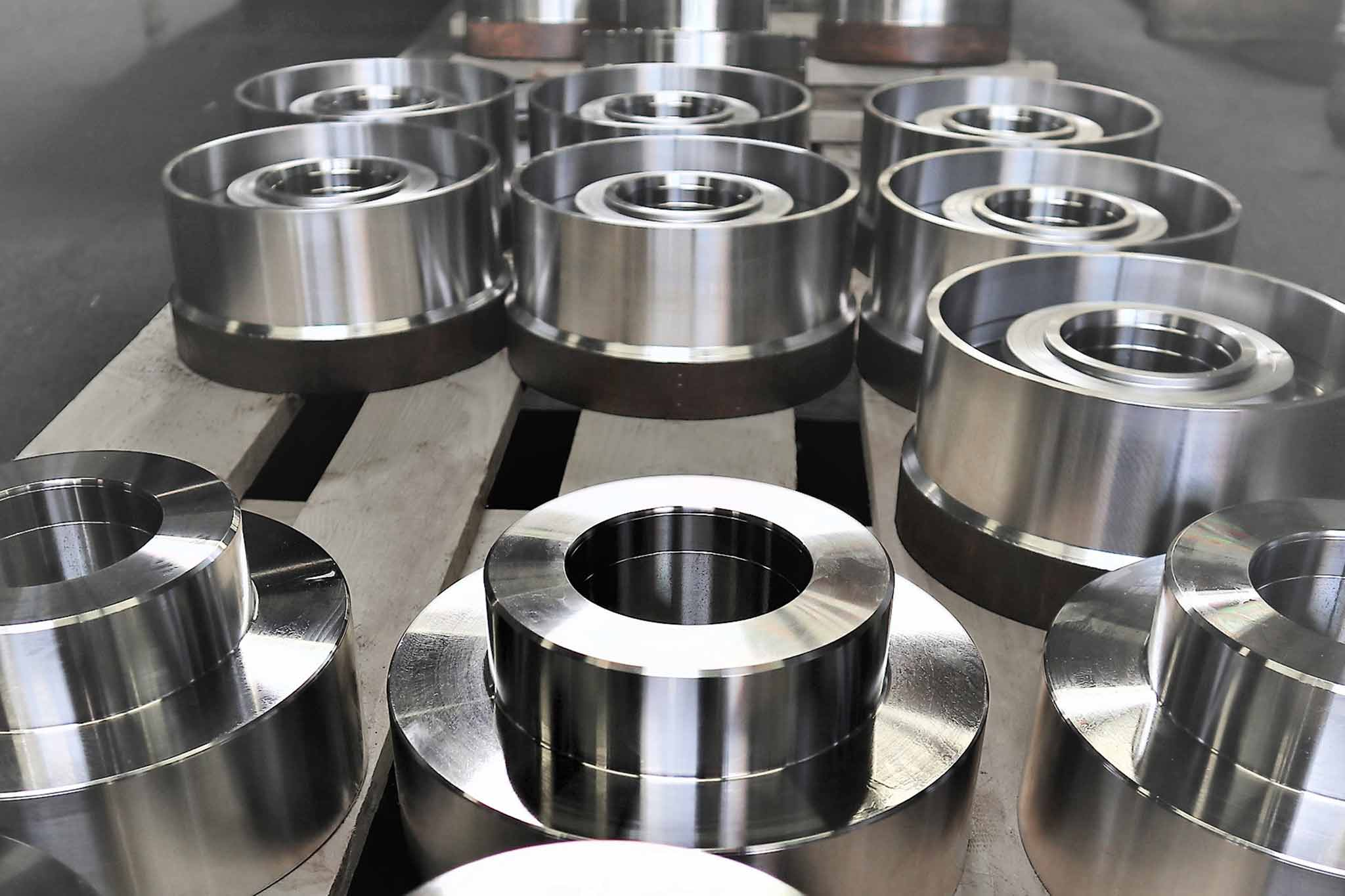 You can see workpieces that are manufactured at Völlm. They are turned, milled and ground.